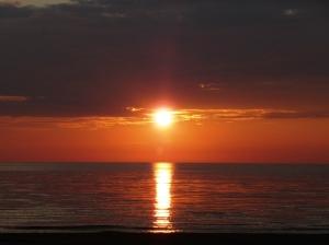 Päike loojub mere ääres